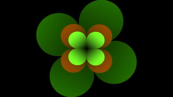 Animované zelené logo Čtyřlístek tvaru. Otáčení a blikání cloverleafs na černém pozadí s animovaným proužky