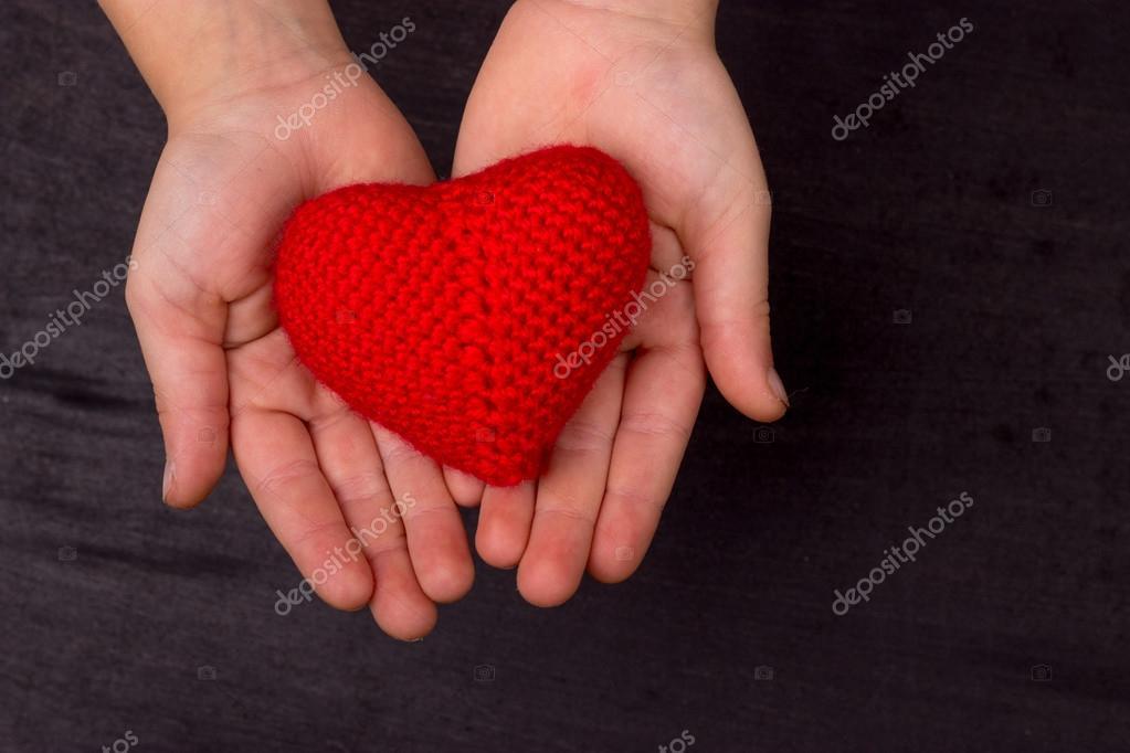 Herz rot gestrickt häkeln Threads, in die Kinderhände — Stockfoto ...