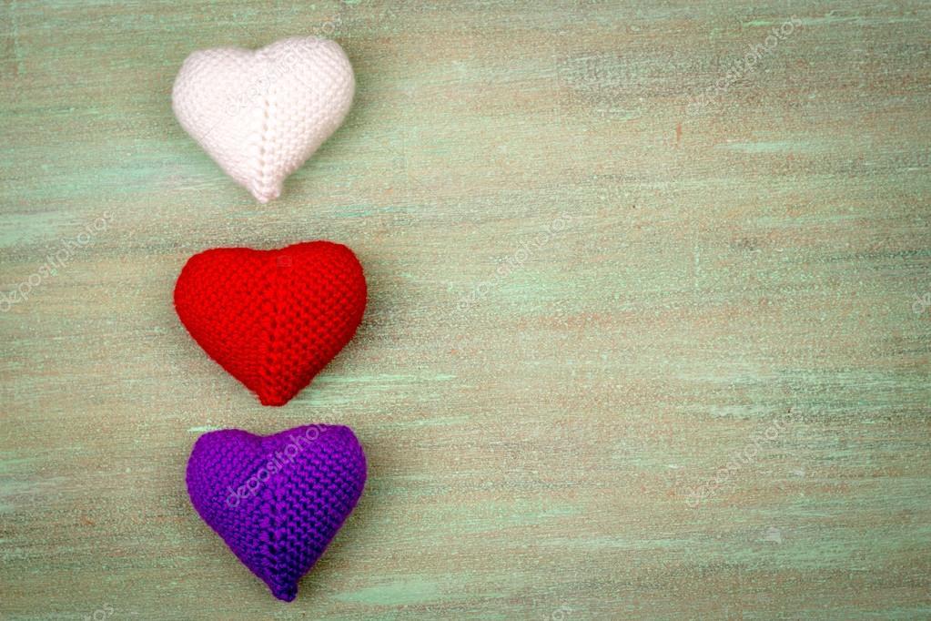 Herz gehäkelt aus Fäden, rot, weiß, blau, lila, gelb — Stockfoto ...