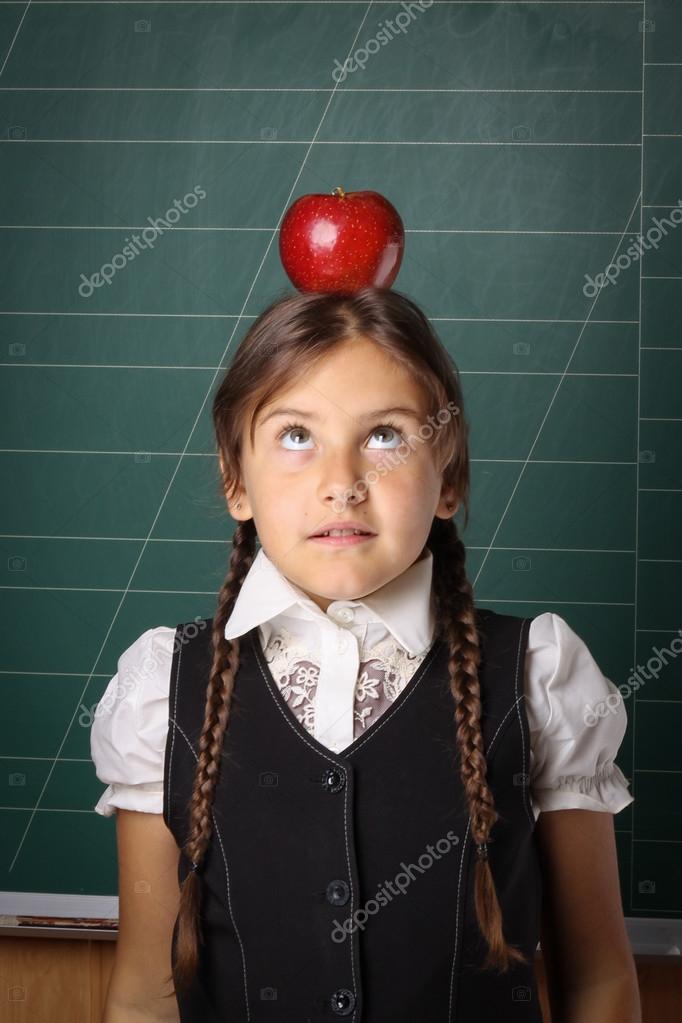 Flicka skolflicka i en svart skoluniform d43ef77fbec30