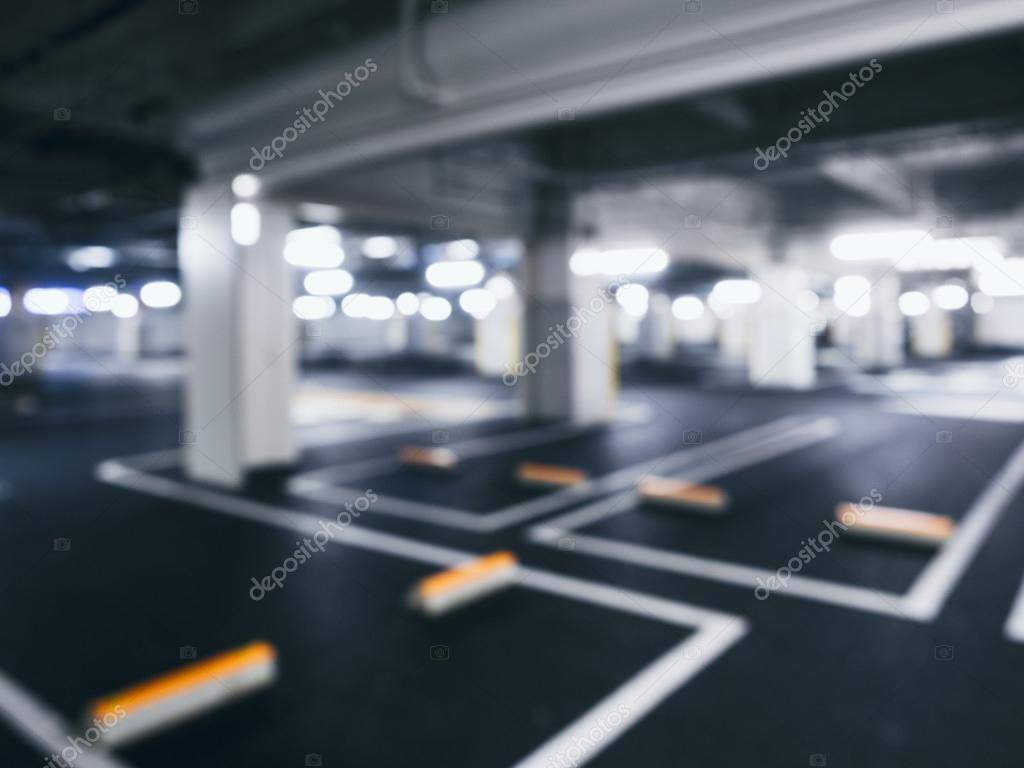 wazig auto parkeren indoor gebouw kelder met neon verlichting stockfoto