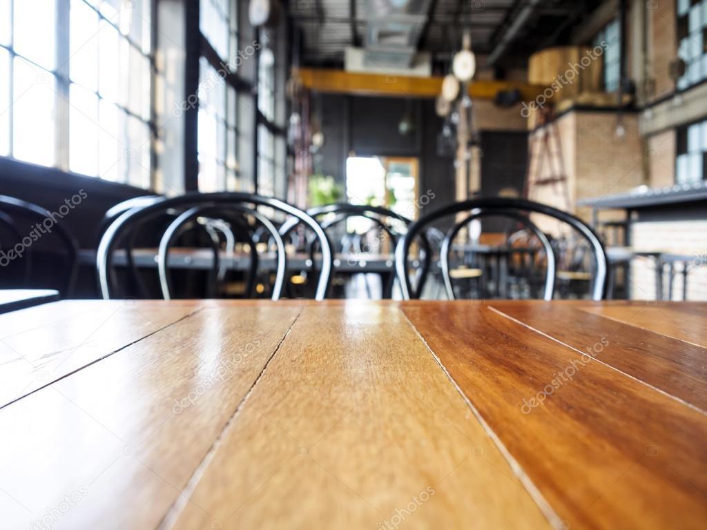 Topo da mesa de madeira e cadeira com fundo interior de for Disenos de mesas para restaurantes