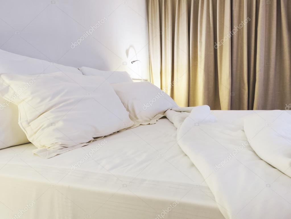 Bed Met Matras : Bed blad matras en kussen onopgemaakte in slaapkamer met licht
