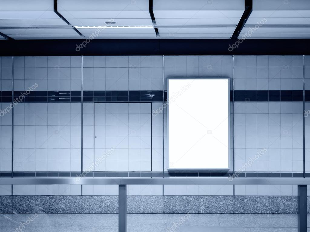 Pantalla de marco de cartel en blanco en la estación de metro se ...