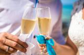 Photo Man and woman with glasses of champagne by the sea