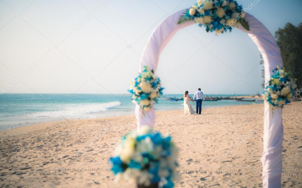 Junge Schone Paar Auf Der Bogen Hochzeitsfeier Am Strand Mit
