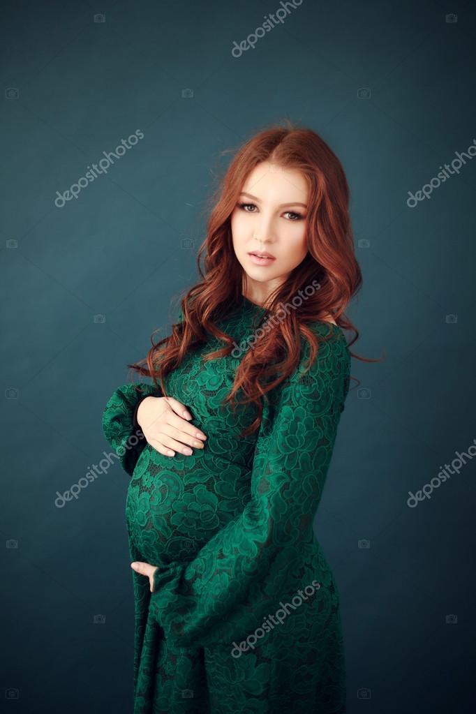 uk availability a2e7d 40615 Donna incinta in abito lungo in pizzo verde — Foto Stock ...