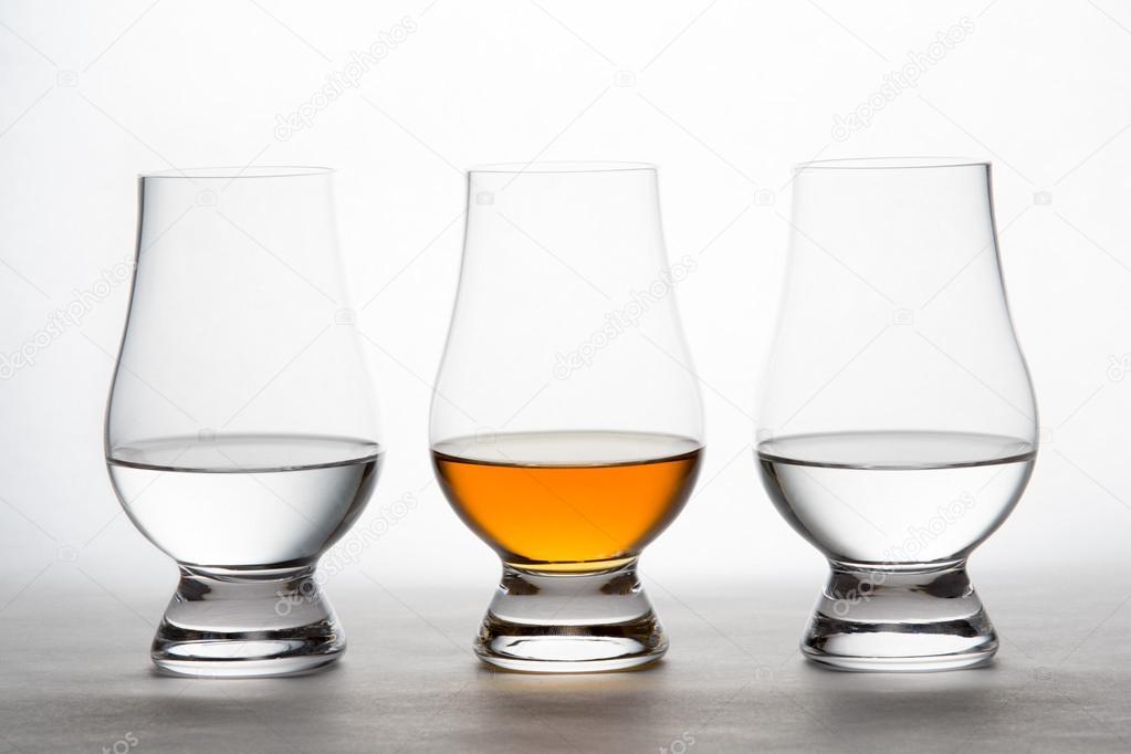 Whisky y vodka en cristal copas de cata foto de stock for Copas para whisky