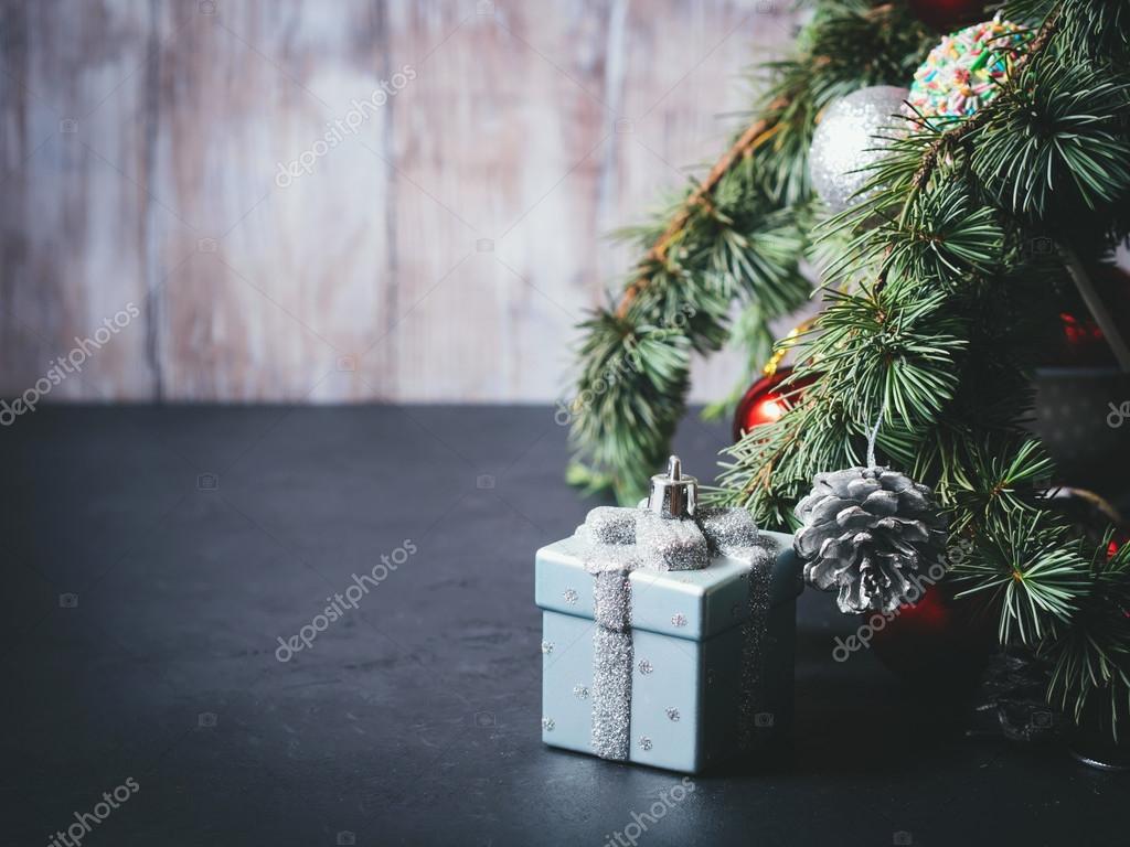 Albero Di Natale Con Decorazioni Blu : Rami di albero di abete blu con gli ornamenti di natale sul nero