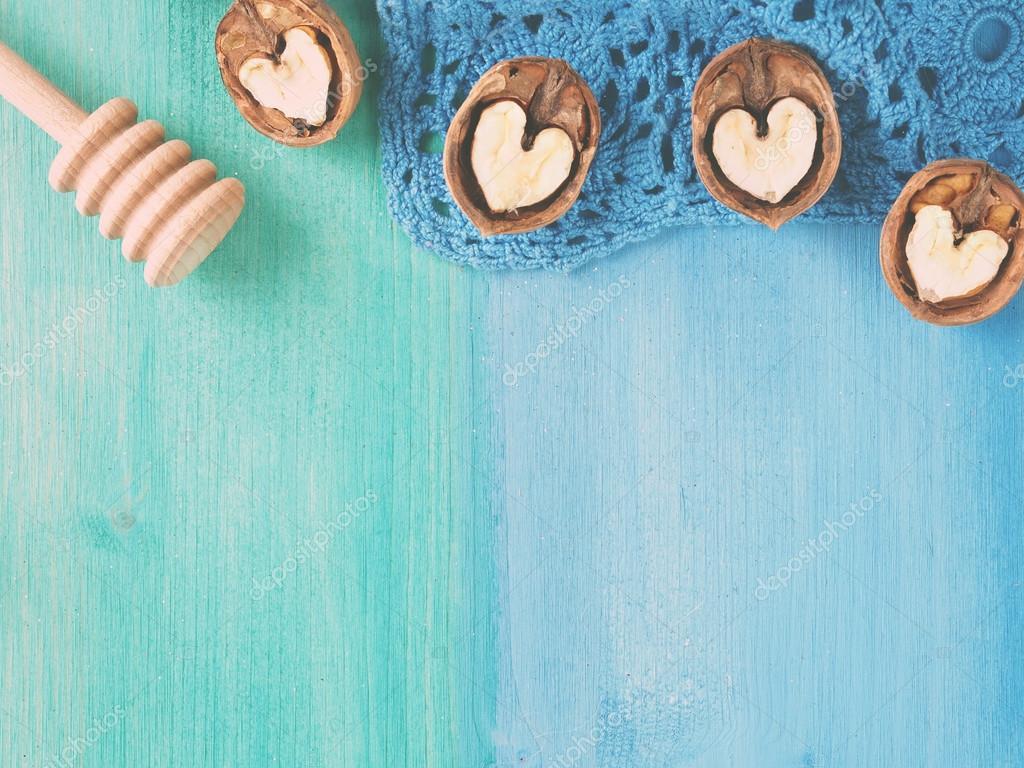 Liefde Walnoot Hout : Koken houten achtergrond met walnoten u stockfoto tenkende