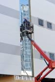 Dva pracovníci na vysokozdvižnou plošinu