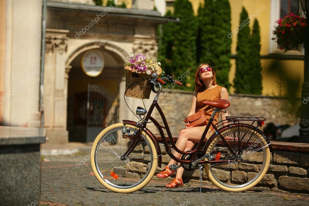 Niña Montando Su Bicicleta En Un Parque: Bastante Joven Mujer Con Bicicleta En El Parque