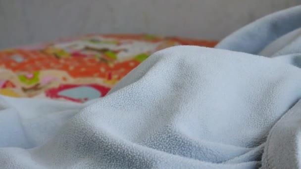 Dítě spí v posteli. Detail