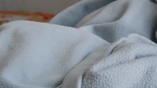 4k, dítě spí v posteli. Detail