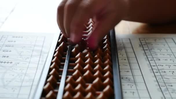 Malá holčička se studiem abacus