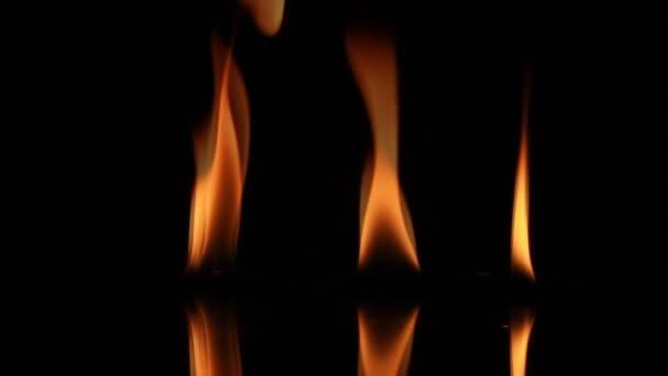 Plamen ohně izolovaných na černém pozadí, plameny žluté ohně