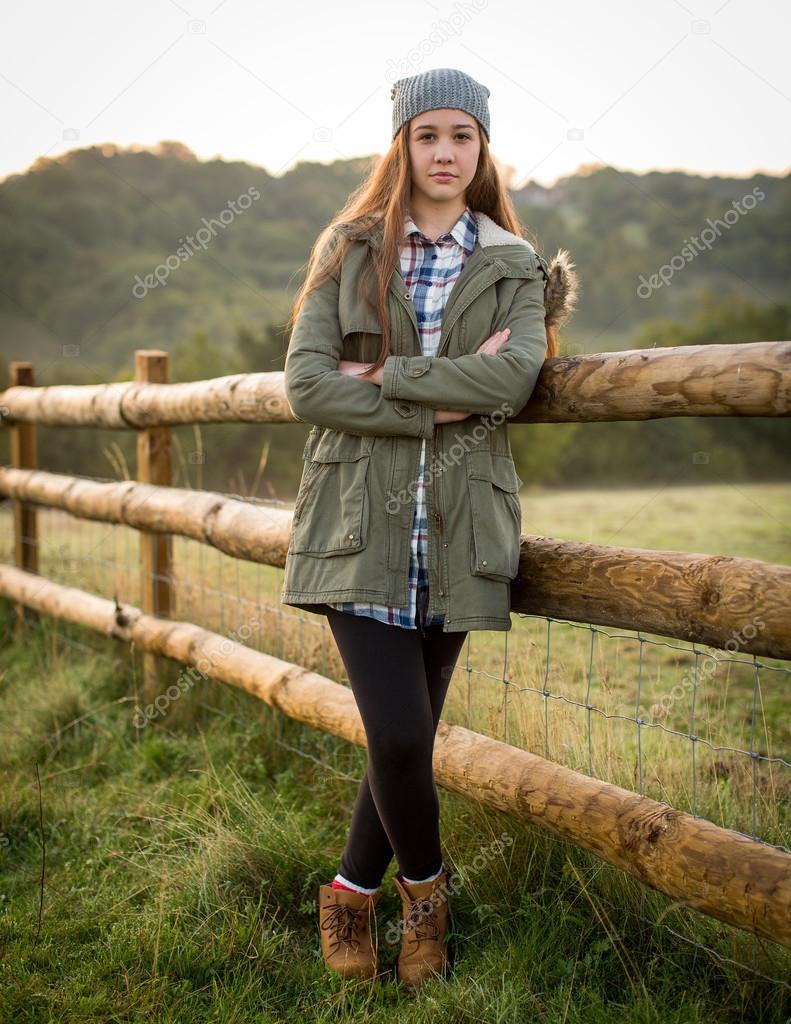 Сосет через забор на ферме фото 279-590