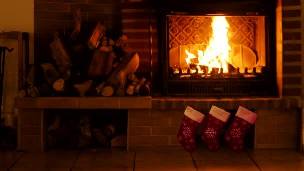 Pálím krb. Pozadí pro design silvestrovských pozdravů nebo Vánoc.