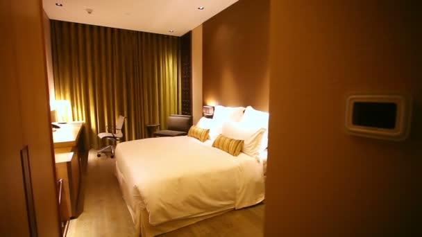 Motorizovaná dolly záběr zadávání luxusní hotelový pokoj