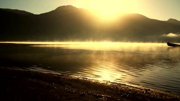 Motorový člun v jezeře ráno