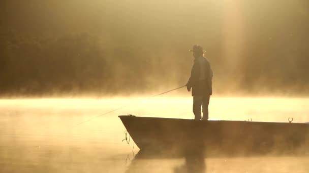 légy horgász halászat a hajóról, sziluett