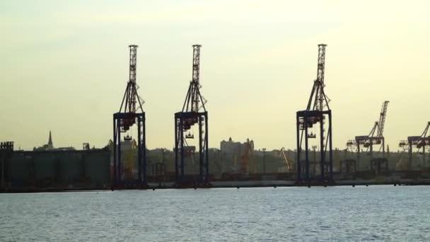 Prohlédni si na přístav s plachetnice na moři