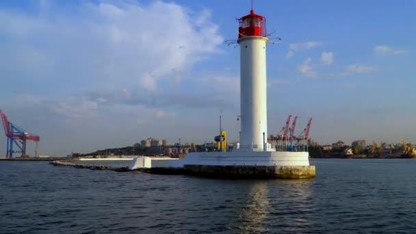 Ein Blick auf den Leuchtturm von Seiten des Schiffes, die Segel in den Hafen