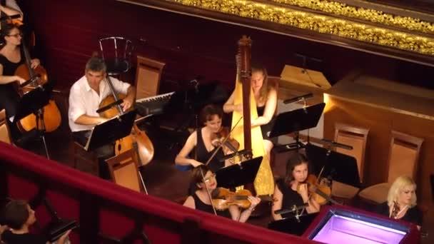 Odessa, Ukraine - 26. Juni 2016: Musiker ihre Instrumente vor der Aufführung-tuning