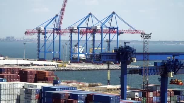 Oděsa, Ukrajina - 26 červen 2016: Námořní přístav. Viditelné přístav jeřáby, nákladní kontejnery, automobily, město na obzoru
