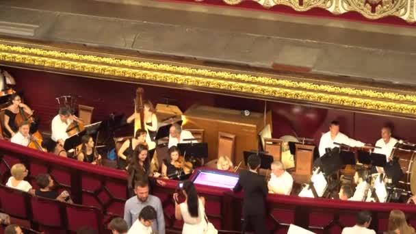 Odessa, Ukraine - 26. Juni 2016: Musiker, die Instrumente vor dem Konzert überprüfen