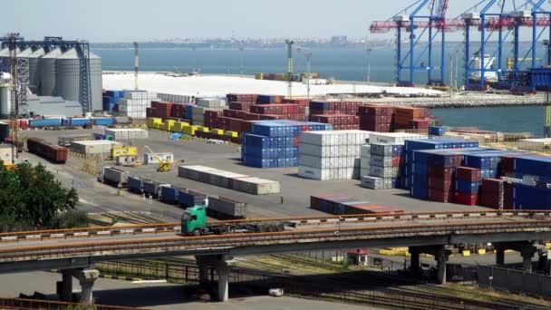 Oděsa, Ukrajina - 26 červen 2016: Námořní přístav. Vidíme, jeřáby, kontejnery a automobily nákladní