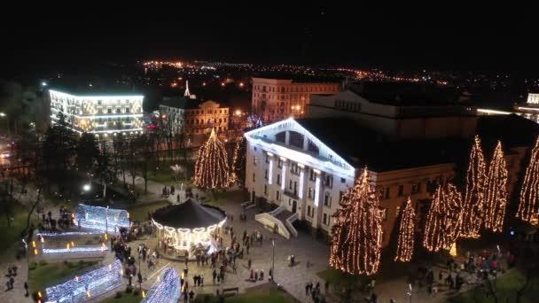Vánoční osvětlení a dekorace v městském parku. Letecký pohled