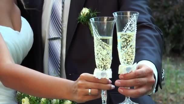 Mann und Frau mit Champagnergläsern