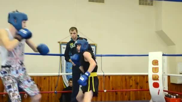 Due ragazzi sono pugilato sul ring