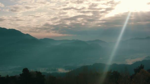 Panoramatický pohled ze stromů a hor