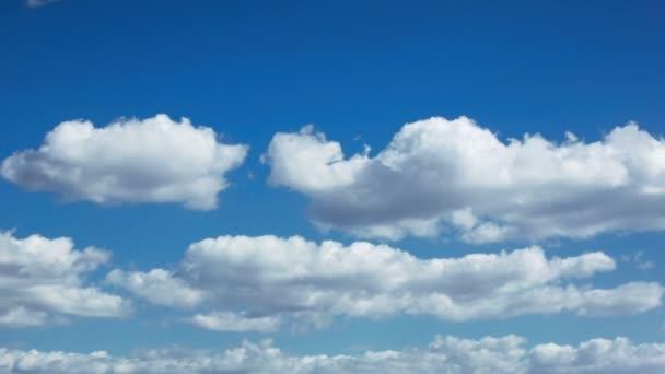 bílé mraky na modré obloze