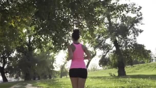 Atraktivní dívka v parku