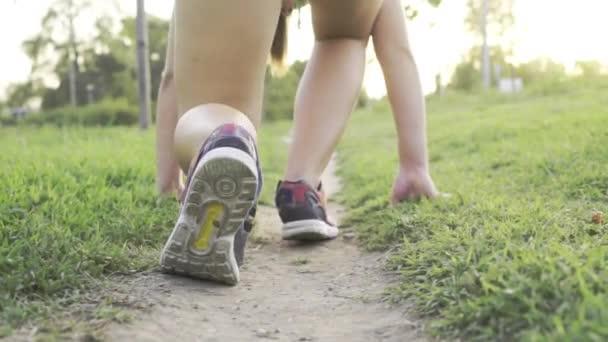 Zblízka záběr dívky boty začíná Sprint, zpomalené