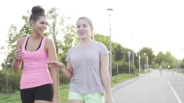 Dvě mladé dívky společně běhání v parku
