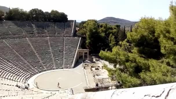 Amfiteátr poblíž Asklepiova chrámu v Epidauru