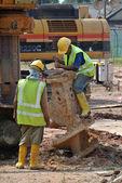 Dělníci oprava díry pilot plošiny šnek na staveništi