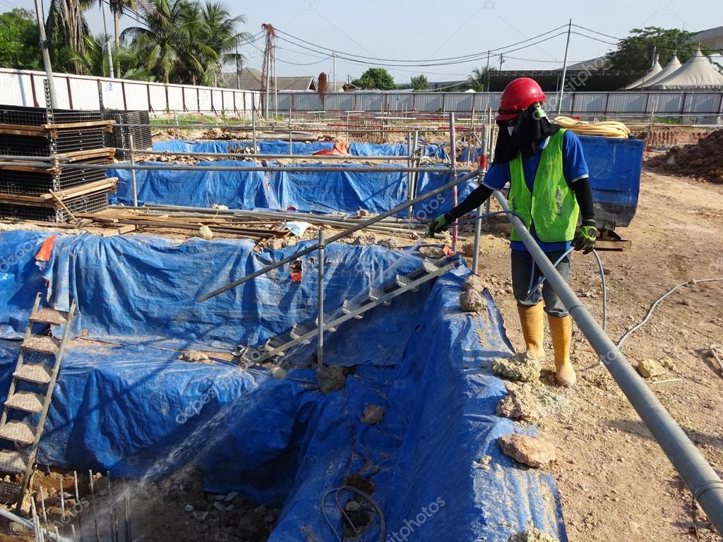 travailleurs de la construction pulv riser l 39 anti traitement chimique contre les termites. Black Bedroom Furniture Sets. Home Design Ideas
