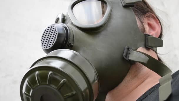 Pohled zdola plynové masky O
