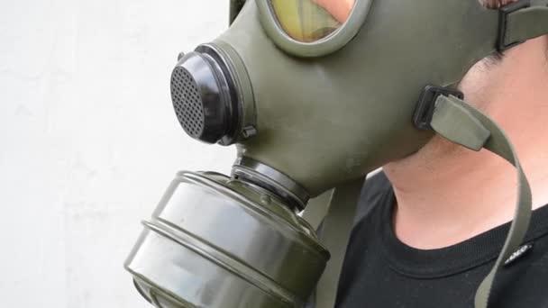 Boční pohled na plynovou masku