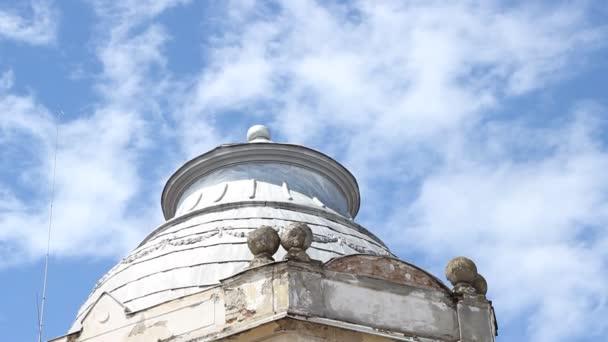 Stará budova fasáda v troskách
