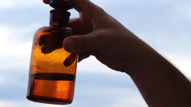 A régi üveg italt keverés