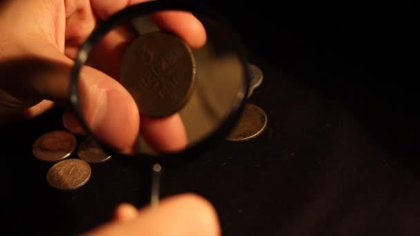 Specialista vyhodnocuje mince