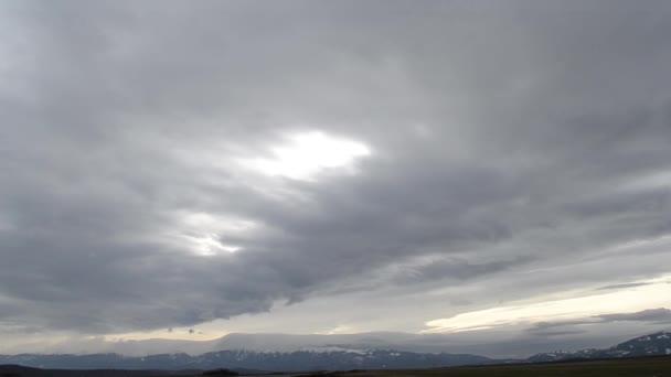 Pomalé mračna nad hřebenem hor