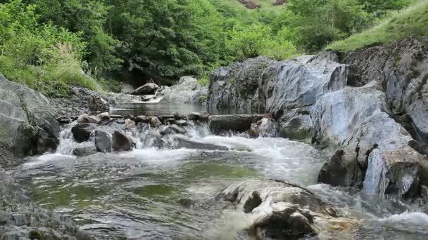 Malý jez na horské řece