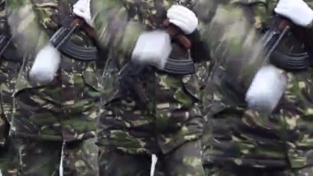 Soldaten mit Waffen Marchpast